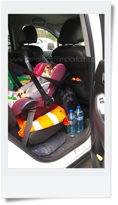 cosy dans voiture poussette yoyo aux pieds de l enfant
