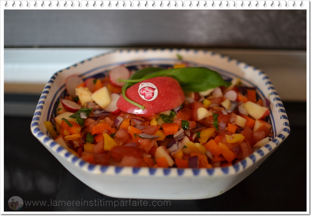salade printanière avec des pommes pink lady, radis, tomates, poivrons, oignons rouges, basilic